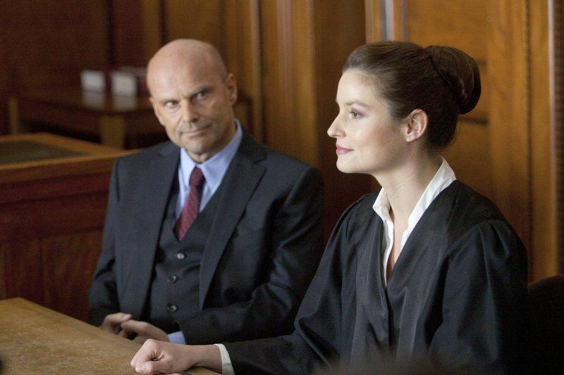 Die junge Anwältin Alex (Ina Paule Klink) verteidigt den zwielichtigen Geschäftsmann Schlachkamp (Alexander Radszun) vor Gericht. Er wird freigesprochen. – Bild: ORF III