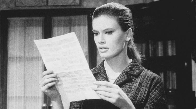 Lilian Ranger (Marisa Mell) liest einen der Erpresserbriefe. – Bild: rbb/Tobis Film