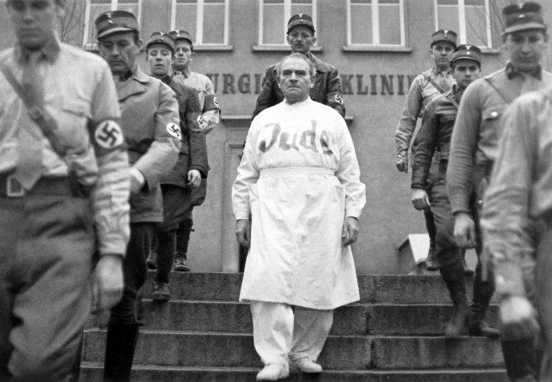 Der jüdische Arzt und Wissenschaftler Professor Mamlock (Wolfgang Heinz, mitte) muß das Krankenhaus verlassen. – Bild: MDR/DL