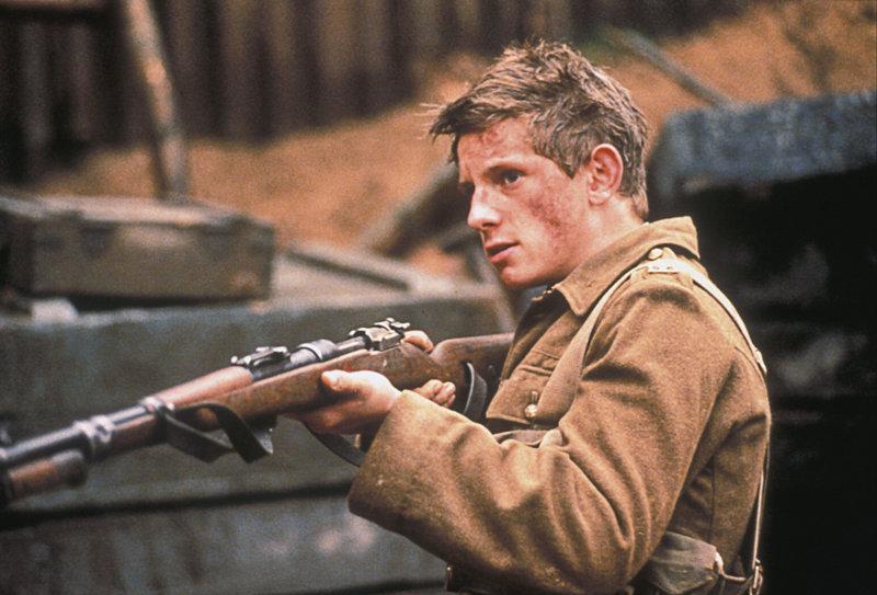 Gemeinsam mit seiner Truppe kämpft Charlie Shakespeare (Jamie Bell) im Ersten Weltkrieg gegen die deutschen ... – Bild: ProSieben