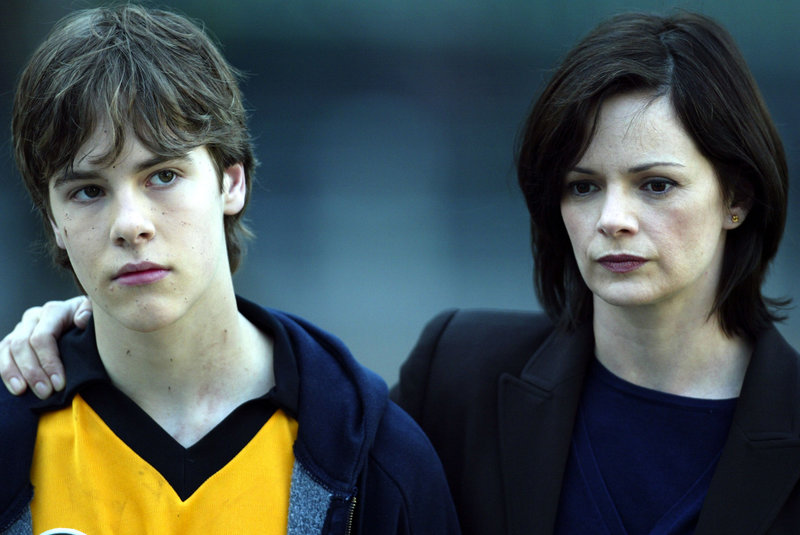 """Law & Order: Special Victims Unit """"Head"""" Tyler Hudson (Jason), Stacy Edwards (Principal Meredith Rice) Photography: Will Hart / Universal ©2004 Universal Network Television, LLC. All rights reserved. – Bild: Universal Channel"""
