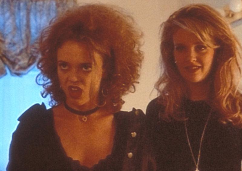Die beiden Freundinnen Terri Roberts (Lisa Robin Kelly, l.) und Margi Kleinjan (Wendy Benson-Landes, r.) sind offenbar für den Tod von drei Highschool-Absolventinnen verantwortlich. – Bild: TM + © 2000 Twentieth Century Fox Film Corporation. All Rights Reserved. Lizenzbild frei