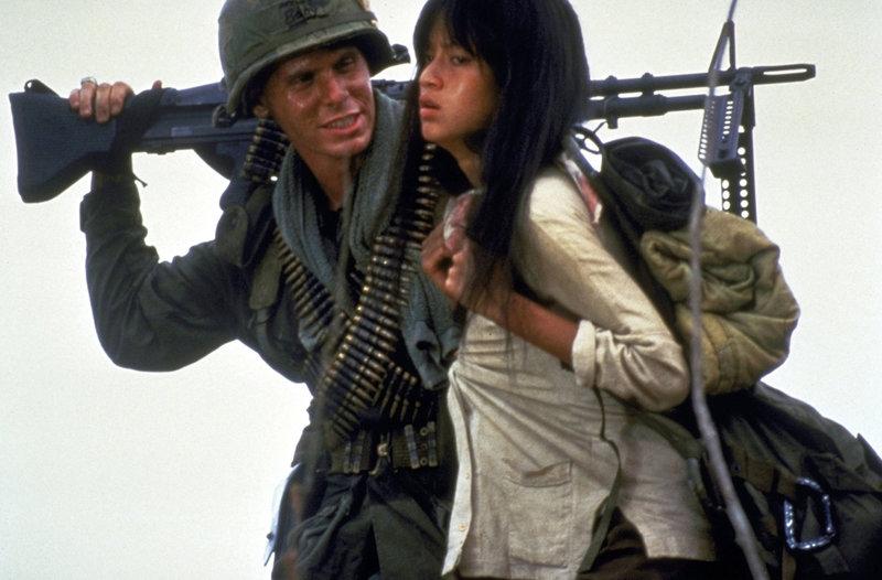 """Die Soldaten haben die hilflose Vietnamesin Oahn (Thuy Thu Le, r.) als """"tragbare Freizeitentspannung"""" entführt. Clark (Don Harvey, l.) freut sich sichtlich über den guten Einfall ... – Bild: Columbia Pictures Lizenzbild frei"""