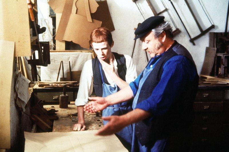 Karl (Robert Seidl, links) ist bei Schreinermeister Hallhuber (Gustl Bayrhammer) als Lehrling. Karl verliert während der Lehrzeit jedoch keinen Moment sein Ziel, Komiker zu werden, aus den Augen. – Bild: SWR/BR/Franz Seitz Filmproduktion