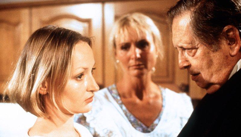 Regina (Katharina Schubert, l.) hofft, daß ihre Eltern Waltraud (Diana Körner) und Xaver (Georg Marischka) zu ihr stehen. – Bild: rbb/Kineos