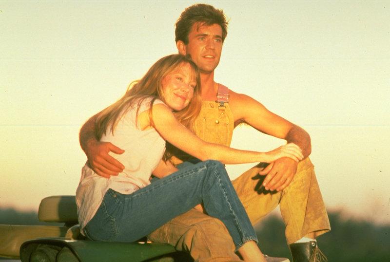 Eigentlich sind die Farmer Tom (Mel Gibson, r.) und Mae (Sissy Spacek, l.) ein glückliches Paar, doch dann ereilt sie ein existenzbedrohender Schicksalsschlag: die gesamte Ernte versinkt in den Fluten eines über die Ufer tretenden Flusses ... – Bild: 1993 NBCUniversal ALL RIGHTS RESERVED. Lizenzbild frei