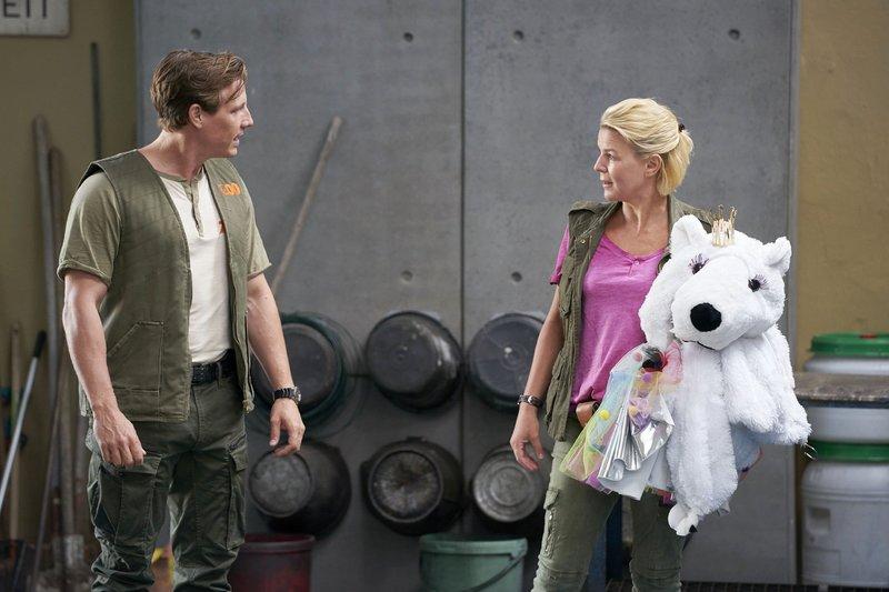 Eva (Mirja Boes) ist sauer und fordert von ihrem Arbeistkollegen Daniel (Patrick Kalupa), mit ihrer Schwester Toni ein klärendes Gespräch zu führen. – Bild: RTL