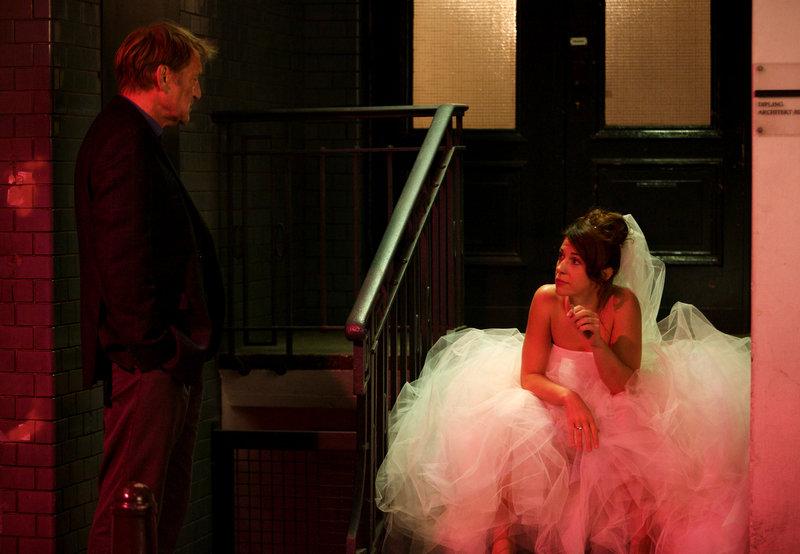Zur ARTE-Sendung Letzter Moment 5: Peter (Matthias Habich) trifft auf die Braut (Ulrike C. Tscharre). © NDR/Georges Pauly Foto: NDR – Bild: NDR/Georges Pauly