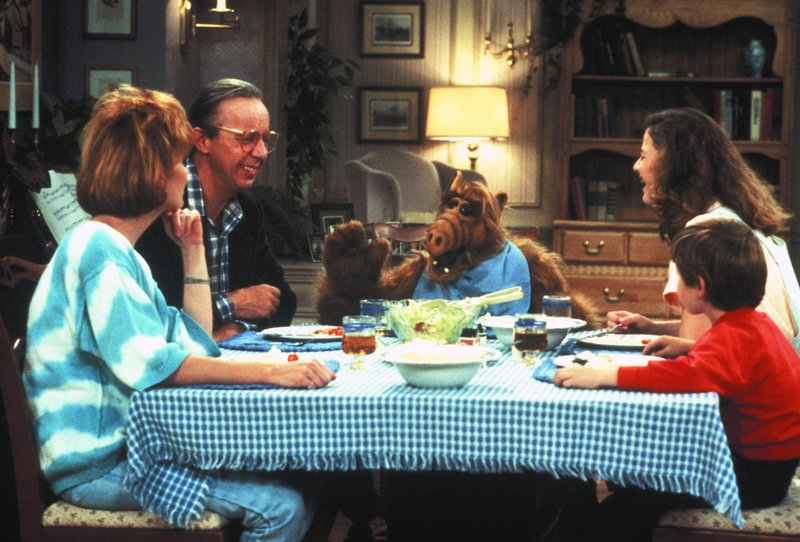 (v.li.) Kate (Anne Schedeen), Willie (Max Wright), Alf, Lynn (Andrea Elson) und Brian (Benji Gregory) – Bild: TVNOW Foto: TVNOW