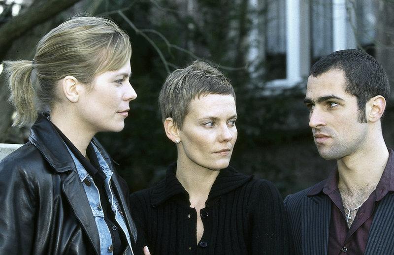 Ina (Melanie Marschke, l.) und Miguel (Gabriel Merz, r.) befragen Petra Seifert (Anke Schwiekowski, M.), die Sekretärin des Ermordeten, die mit ihrem Chef ein Verhältnis hatte. – Bild: ZDF und Uwe Frauendorf