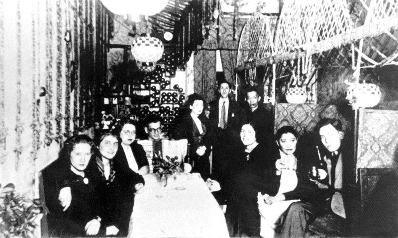 Juden und Chinesen in einer von europäischen Flüchtlingen geführten Bar in Hongkew, Shanghai. Ungefähr 18.000 Flüchtlinge überlebten den Holocaust in Shanghai. – Bild: ORF