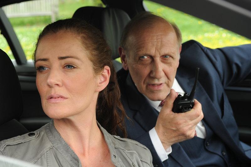 Außerhalb des Seniorenheims überwachen Selma Kirsch (Yve Burbach) und Michael Kaiser (Karl Kranzkowski) den Undercover-Einsatz. – Bild: ZDF und Markus Fenchel