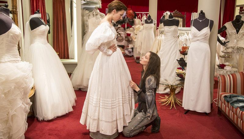 Coco (Meret Becker, l) probiert mit Patti (Jeanette Hain) ein Hochzeitskleid an. – Bild: WDR/Komplizenfilm