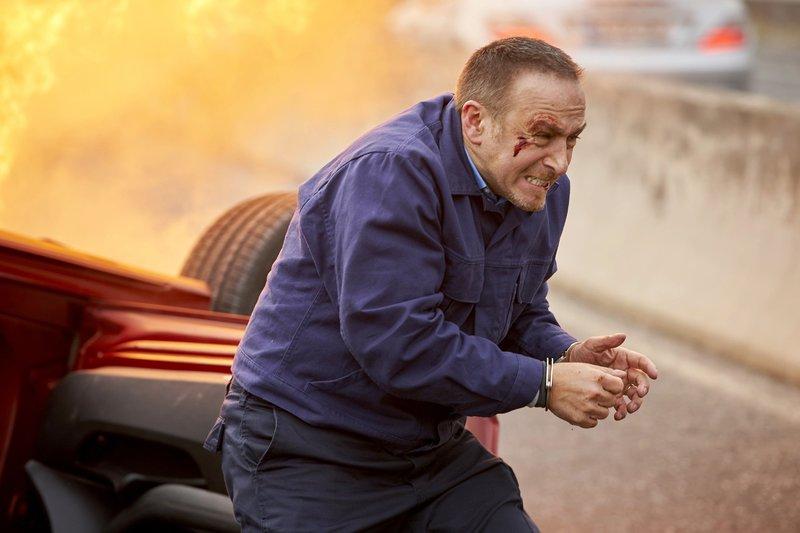 Nach einem Crash mit der ihn verfolgenden Polizei, muss Semir (Erdogan Atalay) zu Fuß weiter flüchten... – Bild: RTL