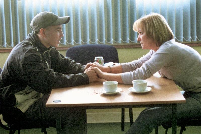 Liam (Martin Compston) besucht seine Mutter (Michelle Coulter) im Gefängnis. – Bild: ARTE France / © WDR