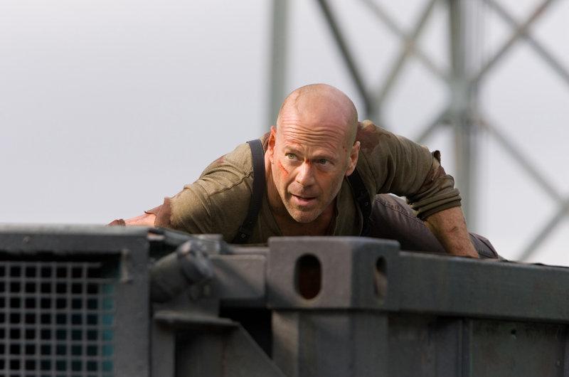 Gemeinsam mit dem Hacker Farrell, geht John McClane (Bruce Willis) über seine Grenzen hinaus, um den skrupellosen Thomas Gabriel aufzuhalten. Werden sie es rechtzeitig schaffen und so verhindern können, dass das ganze Land lahmgelegt wird? – Bild: TM & © 2007 Twentieth Century Fox. All rights reserved. Not for sale or duplication.