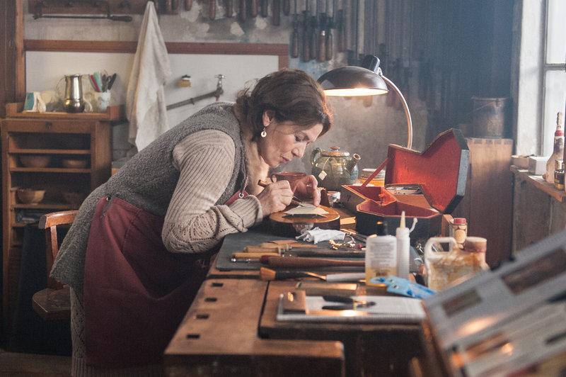 Die ehemalige Kabarettsängerin Ruth (Hannelore Elsner) kümmert sich nun um alte Musikinstrumente. – Bild: ZDF und JULIA TERJUNG