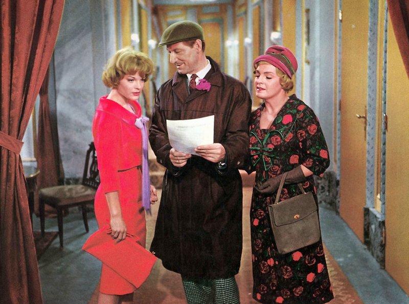 Nicole (Romy Schneider, l.) erzählt ihrem Vater (Josef Meinrad) und ihrer Mutter (Magda Schneider) von dem Erfolg ihres Theaterstückes. – Bild: MDR/BR