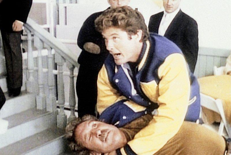 Mitch (David Hasselhoff), Veron (Tim Rossovich, liegend) – Bild: Nitro.