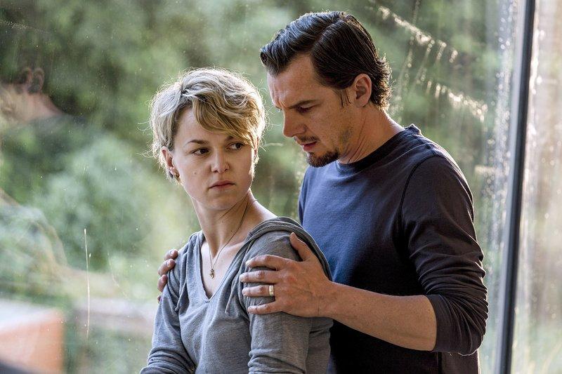 Leonie (Lisa Wagner) ist entsetzt und enttäuscht, als Manuel (Felix Klare) ihr schließlich die Wahrheit gesteht. Ihre gemeinsame Zukunft will sie aber nicht aufs Spiel setzen. – Bild: WDR/Frank Dicks