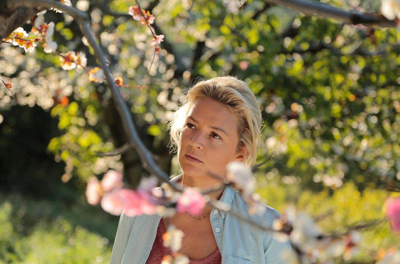 Obstbäuerin Louise Legrand (Virginie Efira) lebt in der Provence wie in einem Garten Eden. – Bild: ZDF und ARD Degeto/Neue Visionen Medien