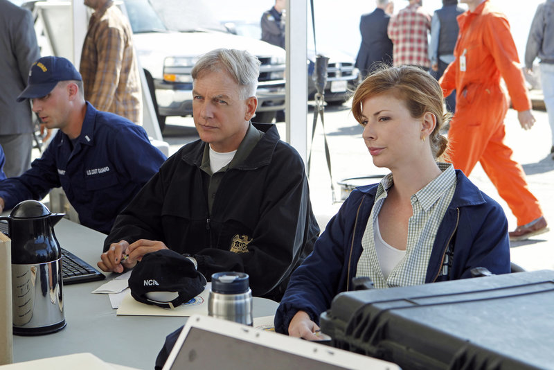 Als eine Ölbohrinsel explodiert, arbeitet die Ermittlungseinheit der Küstenwache unter der Leitung von Abigail Borin (Diane Neal, r.) mit Gibbs (Mark Harmon, M.) und seinem Team zusammen ... – Bild: Sat.1