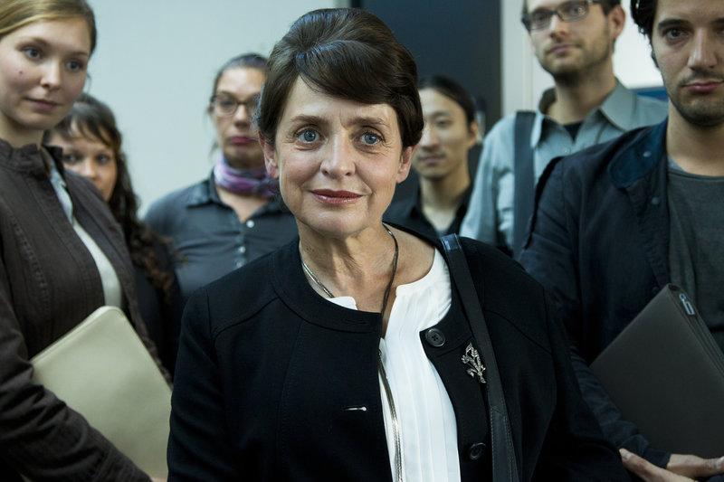 Prof. Dagmar Evert (Katharina Thalbach) war Ärztin in der DDR und berät nun die Bundesregierung zum Umgang mit den Stasi-Akten - aus welchen Interesse? – Bild: ZDF und Richard Hübner