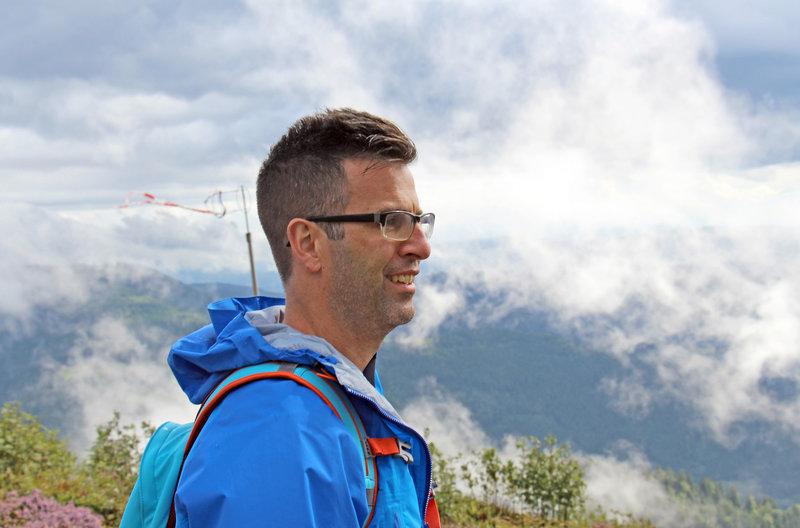 Patrick Bach schaut über Landschaft im Nationalpark Schwarzwald. – Bild: SWR/kurhaus production