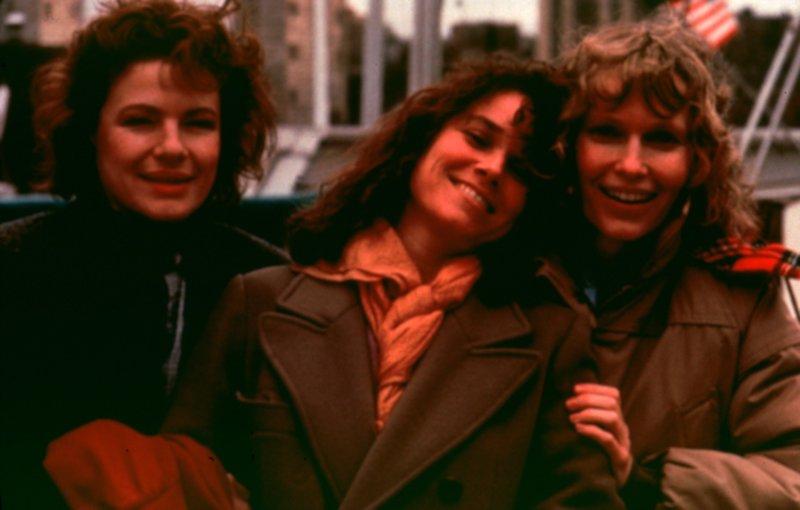 Hannah (Mia Farrow, r.) und ihre Schwestern Holly (Dianne Wiest, l.) und Lee (Barbara Hershey, M.). Hannah ist das Zentrum der Familie und die Ratgeberin in allen Lebenslagen... – Bild: UFA Film Lizenzbild frei