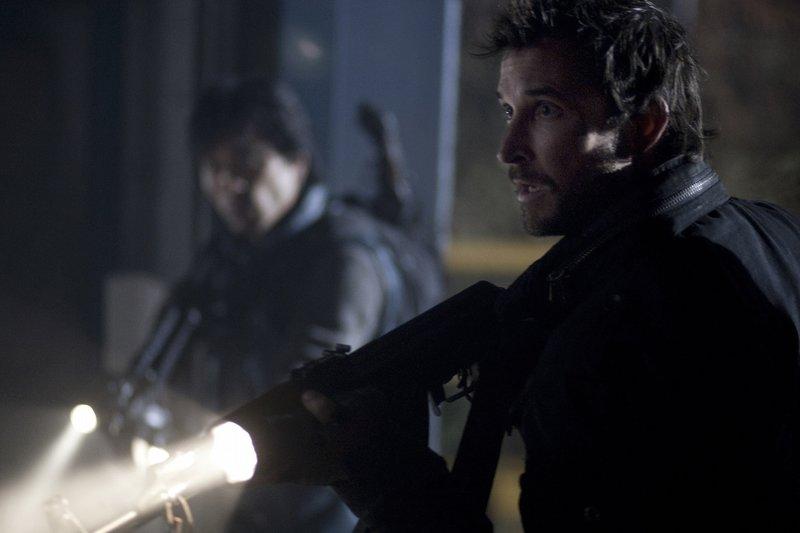 Im Kampf ums Überleben sind nicht nur die Aliens ihre Feinde: Tom (Noah Wyle, r.) und Dai (Peter Shinkoda, l.) ... – Bild: TNT Serie