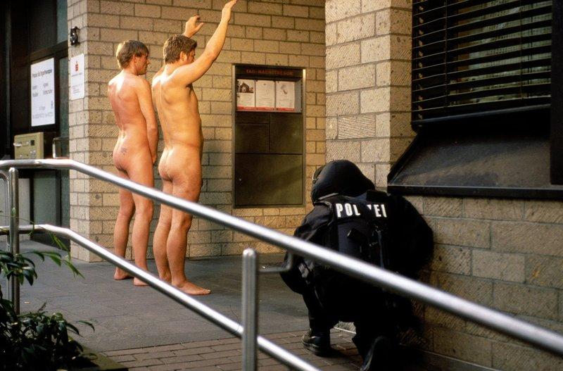 Eine Kölner Bankfiliale wurde überfallen. Der Täter hat mehrere Personen in seiner Gewalt. Nach langen Verhandlungen schaffen Jupp (Uwe Fellensiek, r.) und Falk (Dirk Martens, l.) es, in die Bank zu gelangen, allerdings nur unter einer Bedingung: Klamotten aus! – Bild: Sat.1 Eigenproduktionsbild frei