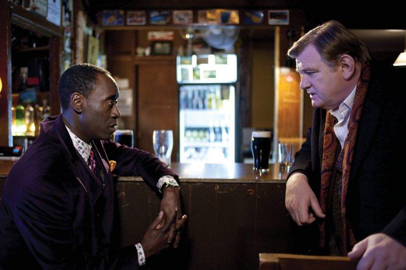 Der Dorfpolizist Gerry Boyle (Brendan Gleeson, re.) und der FBI-Agent Wendell Everett (Don Cheadle) wollen gemeinsam einem Drogenschmuggler das Handwerk legen. – Bild: ZDF und ARD Degeto/Elite