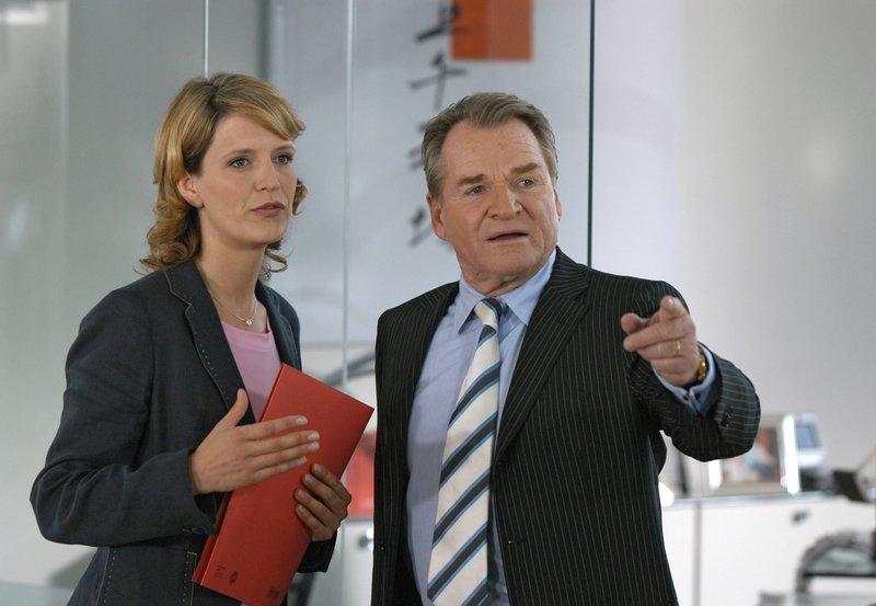 Ein knallharter Anwalt: Richard Steiner (Fritz Wepper) traut seiner Tochter Klarissa (Ann-Catrin Sudhoff) beruflich noch nichts zu. – Bild: MDR/Degeto/Marco O. Pichler