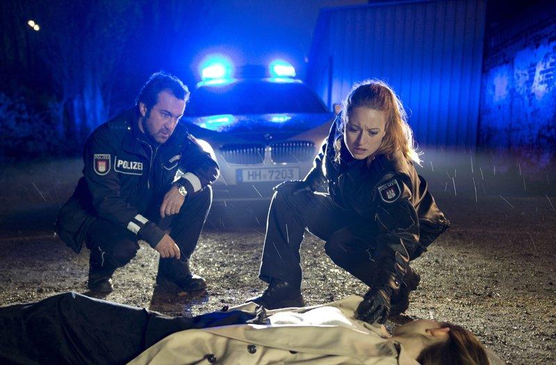 Paul Dänning (Jens Münchow, l.) und Nina Sieveking (Wanda Perdelwitz, r.) finden im Hafen die Leiche der 17jährigen Lena Stolze (Anna-Lena Schwing, liegend). – Bild: ARD