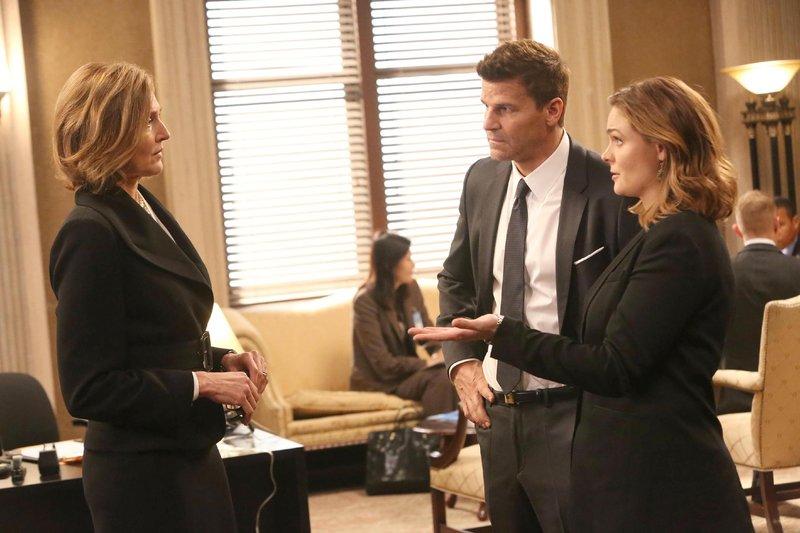 Booth (David Boreanaz) und Brennan (Emily Deschanel, r.) suchen Senatorin Hayley Winters (Brenda Strong) auf, die fast jede freie Minute mit dem ermordeten Senator O'Malley zusammen war. Hatten die Parteikollegen eine Affäre? – Bild: RTL / FOX