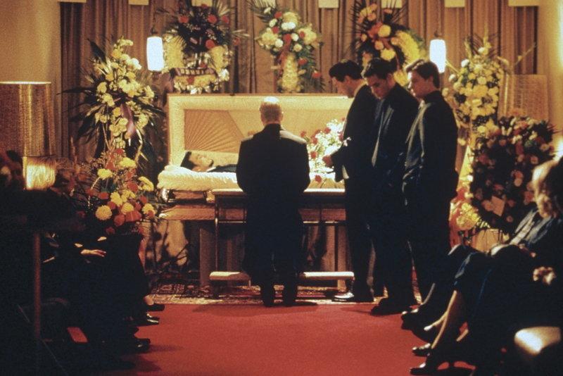 Fünf irischstämmige Freunde wachsen in New Yorks berüchtigtem Hell's Kitchen auf. Als einer der fünf plötzlich stirbt, glaubt Frankie (William Baldwin, 3.v.r.), ihr Anführer, dass ein Mord vorliegt. Er macht sich daran, den Tod seines Freundes aufzuklären. – Bild: StarTV