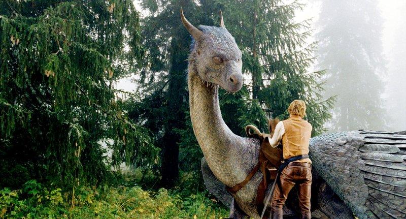 Eragon (Ed Speleers) lernt auf Saphira zu reiten und die Magie kontrolliert einzusetzen. – Bild: RTL