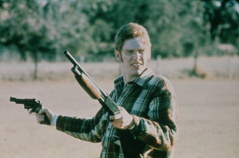 Obwohl bewaffnet, hat Clovis (William Atherton) die durch seine Flucht ausgelösten Ereignisse nicht wirklich unter Kontrolle. – Bild: ZDF und Vilmos Zsigmond