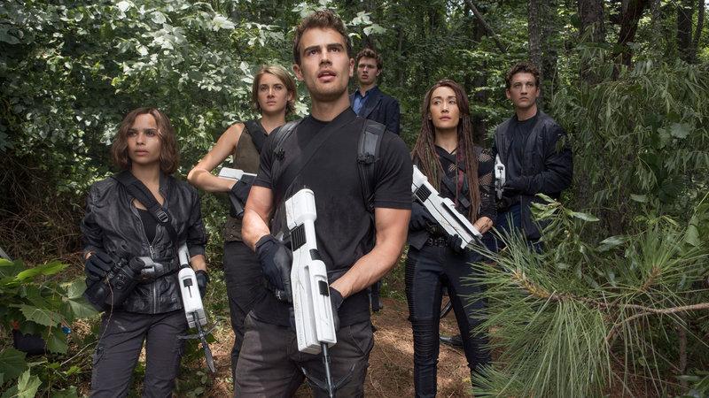 from left: Christina (Zoë Kravitz), Tris (Shailene Woodley), in the middle Four (Theo James), from right : Tori (Maggie Q), Peter Miles Teller, on the back Caleb (Ansel Elgort) – Bild: Film 1 Drama