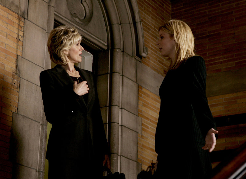 """""""Rockabye"""" -- Pictured: (l-r) Judith Light as Donnelly, Diane Neal as Asst. D.A. Casey Novak -- NBC Universal Photo: Will Hart FOR EDITORIAL USE ONLY -- DO NOT RE-SELL/DO NOT ARCHIVE Law & Order SVU #07010 """"Rockabye"""" October 24, 2005 Episode: """"Rockabye"""" Director: Peter Leto DP: Geoffrey Erb Scene: 42 (Int) Courthouse staircase """"Casey convinces Donnelly to recuse herself"""" Diane Neal (ADA Casey Novak) Judith Light (Donnelly) – Bild: Universal Channel"""
