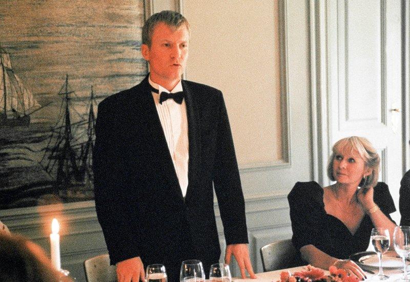 Bei einer Tischrede zum 60. Geburtstag seines Vaters klagt Christian (Ulrich Thomsen) den alten Herrn an, er habe ihn und seine Schwester jahrelang sexuell missbraucht. – Bild: ARD/Degeto