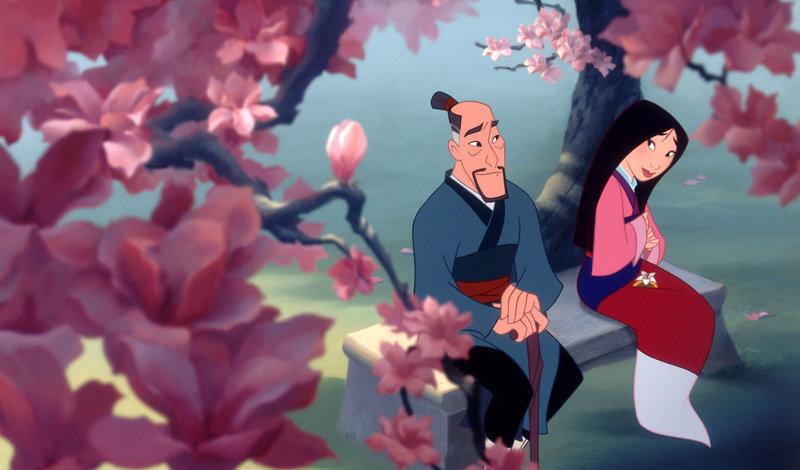 Die Familie Fa soll einen Mann stellen, der als Soldat das chinesische Kaiserreich vor den Hunnen verteidigen soll. Doch Vater Zhou (li.) ist zu alt um zu kämpfen. Seine Tochter Mulan will sich als Mann verkleiden und den Platz ihres Vaters einnehmen. – Bild: TV Puls
