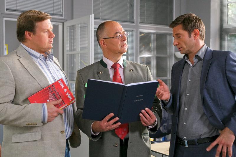 Die Rosenheim-Cops ermitteln: Sven Hansen (Igor Jeftic, r.), Tobias Hartl (Michael A. Grimm, l.) und Polizeidirektor Gert Achtziger (Alexander Duda, m.). – Bild: ZDF