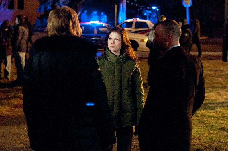 Jessica King (Amy Price-Francis, M.) ermittelt im Drogenmilieu. Wer sind die Drahtzieher des Partyspiels 'Medikamentenroulette'? – Bild: TVNOW / KING FILM PRODUCTIONS II/BETA FILM