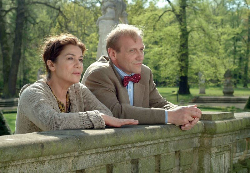 Sue (Hannelore Elsner) kann ihrem Mann Anton (Karl Krankowski) nicht verzeihen, dass er sie nach einem Nervenzusammenbruch gegen ihren Willen in eine psychiatrische Klinik eingewiesen hat. – Bild: ZDF und ARD Degeto