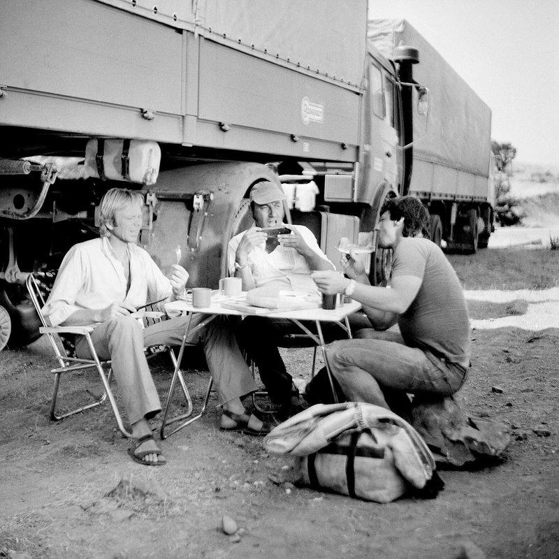 Wegen seiner Eskapaden teilt Franz Meersdonk (Manfred Krug, Mitte) Günther Willers (Rüdiger Kirschstein, li.) den Beifahrer Jörg (Giovanni Früh, re.) zu. – Bild: SWR