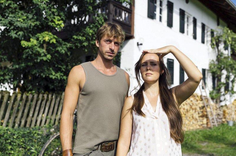 L-R: Ben Strobl (Benedikt Blaskovic) and Maria (Zora Thiessen) – Bild: ARD/BR/TMG/Chris Hirschhäuser