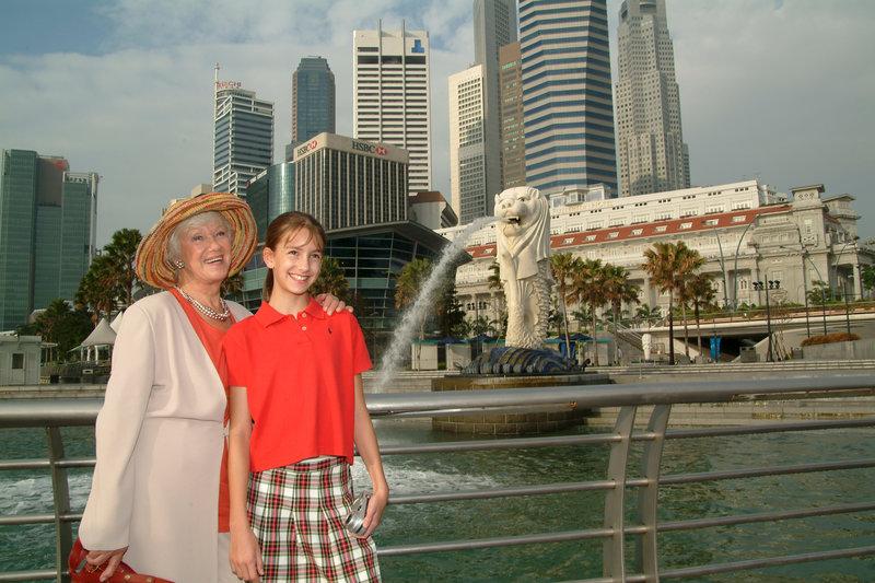 Elsa (Maria Sebaldt, l.) und Betty (Julia M. Krombach, r.) beim Landausflug in Singapur. – Bild: ZDF und Dirk Bartling