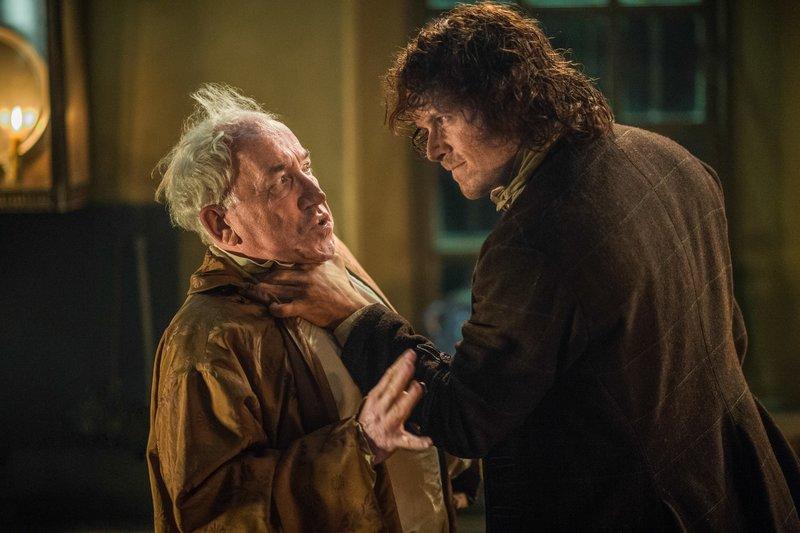 """""""Outlander - Die Highland-Saga"""", """"Rache."""" Zum Entsetzen von Prince Charles und Jamie weigern sich Charles' Generäle, den Vormarsch auf London fortzusetzen. Zu groß ist das Aufgebot an feindlichen Truppen vor den Toren der Metropole. Jamie und seine Leute sollen stattdessen nach Inverness reiten, um das Winterlager einzurichten. Doch unterwegs werden sie von Briten umzingelt. Die einzige Chance, mit heiler Haut davonzukommen, hat einen bitteren Beigeschmack: Claire soll im Tausch für die Freiheit den Gegnern ausgehändigt werden.Im Bild (v.li.): Simon Callow (Duke of Sandringham), Sam Heughan (Jamie Fraser). – Bild: ORF 2"""