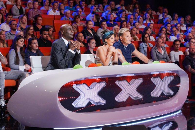 Die Jurymitglieder Dieter Bohlen (l.), Sarah Lombardi und Bruce Darnell bewerten in den Casting-Sendungen außergewöhnliche Talente aus aller Welt. – Bild: RTL